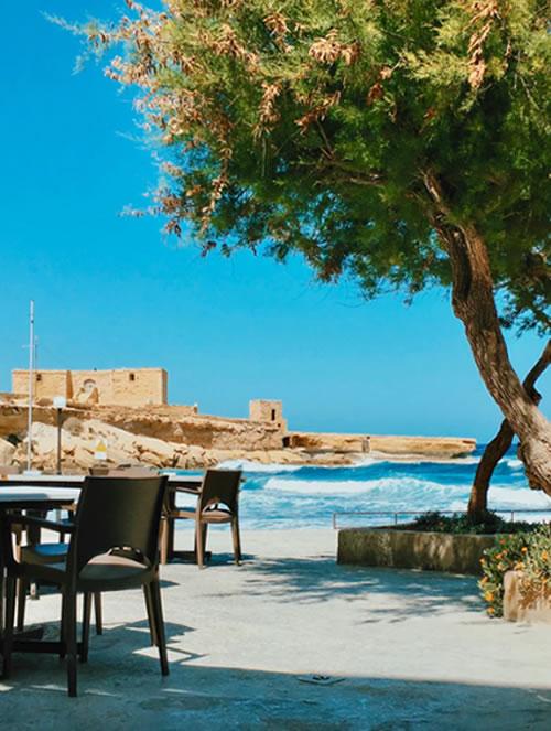 Tengerparti kávéző Máltán